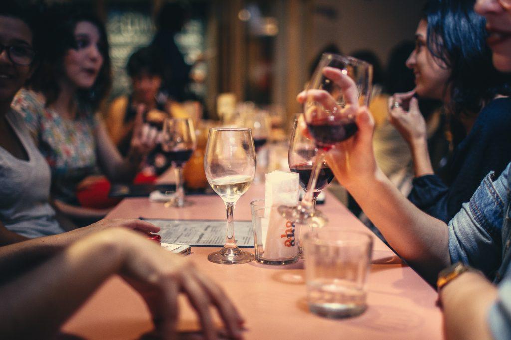 Alkohol hilft vielleicht beim Einschlafen, hat aber negative Auswirkungen auf die Schlafqualität  Tipps für besseren Schlaf