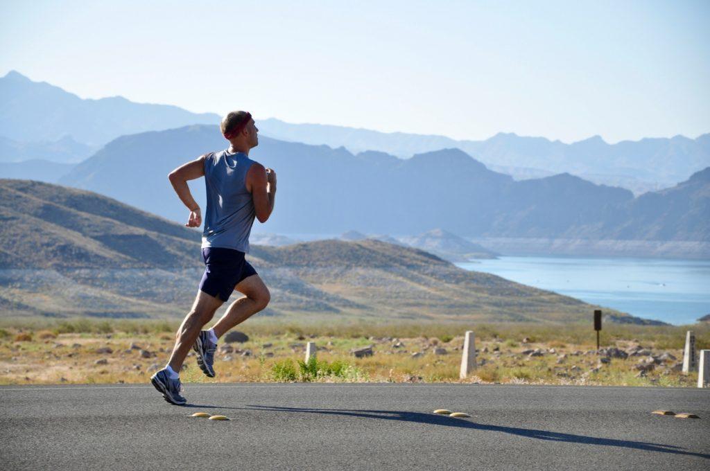 Bewegung am Tag wirkt sich positiv auf die Schlafqualität aus Tipps für besseren Schlaf