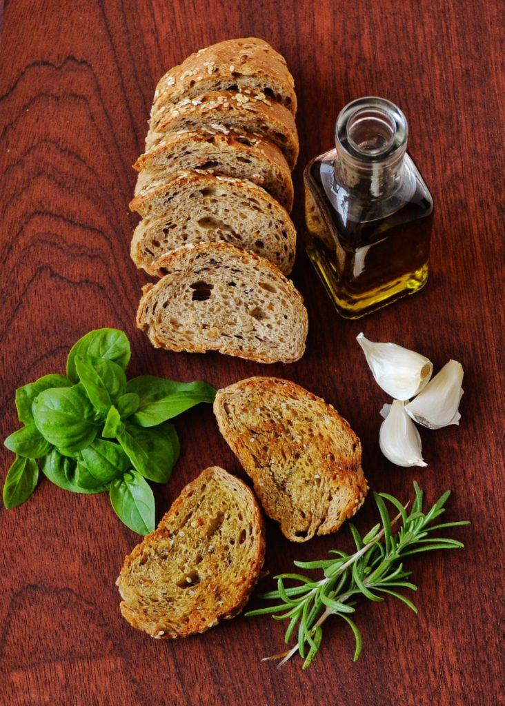Dieses Bild hat ein leeres Alt-Attribut. Der Dateiname ist bottle-bread-food-garlic-301539-732x1024.jpg